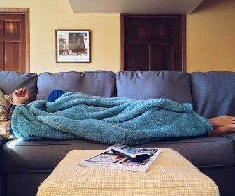 Kanapa z funkcją spania — jak się sprawdza?